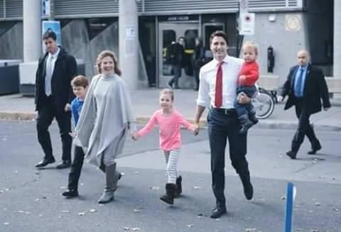 بالصورة رئيس وزراء كندا يتجول مع أفراد أسرته بدون بروتكولات